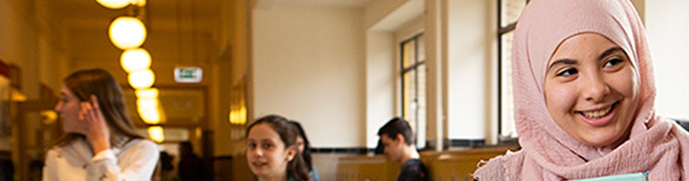 Meisjes praten in de gang op school